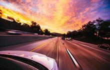 高速路上飘来一块板,谁来赔偿被板砸坏的汽车?